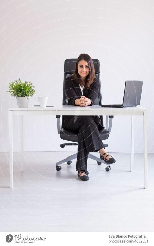schöne junge Business-Frau arbeitet im Büro, mit ihrem Laptop. Business Concept.white Hintergründe. Innenräume Computer Arbeiter Geschäftsfrau Mobile Smartphone