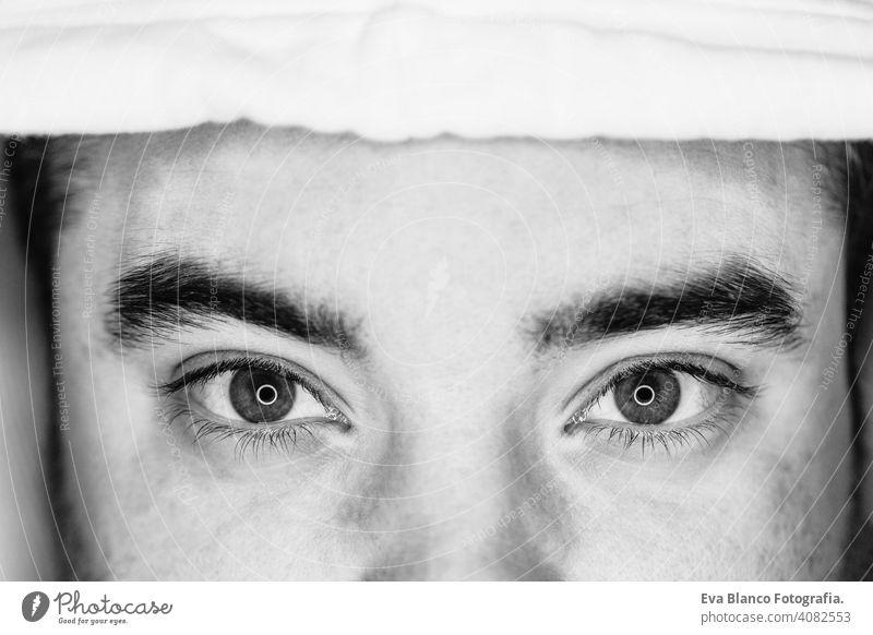 Nahaufnahme der Augen eines jungen Mannes. schwarz und weiß. führte Ring Reflexion in den Augen Kopf Menschen männlich dramatisch Person Lifestyle Schuss einsam