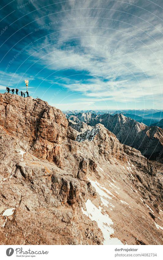 Zugspitze mit Gipfelkreuz und KletterInnen Schneelandschaft Strukturen & Formen Österreich Umweltbilanz Umweltsünder Zerstörung Gletscher Schneebedeckte Gipfel