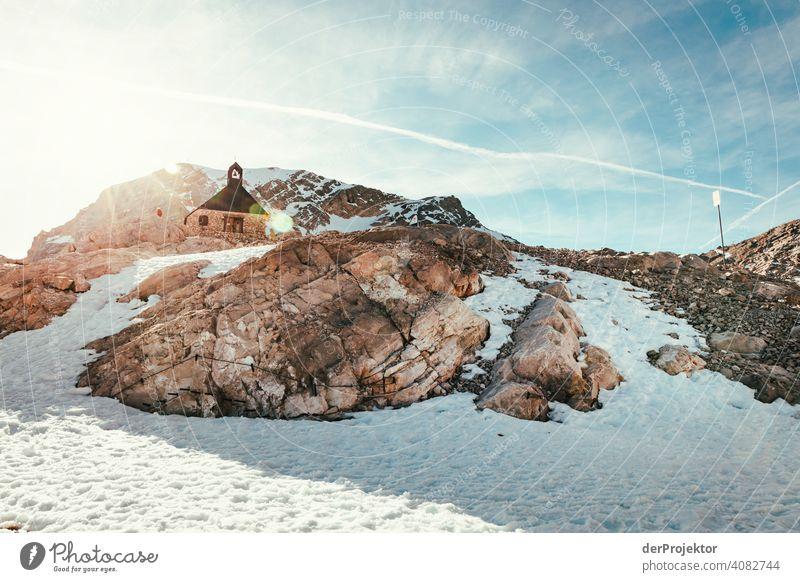 Zwischenstation an der Zugspitze mit Kapelle im Gegenlicht Schneelandschaft Strukturen & Formen Österreich Umweltbilanz Umweltsünder Zerstörung Gletscher