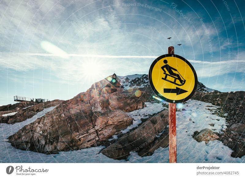 Zwischenstation an der Zugspitze mit Kapelle und Schild im Gegenlicht Schneelandschaft Strukturen & Formen Österreich Umweltbilanz Umweltsünder Zerstörung