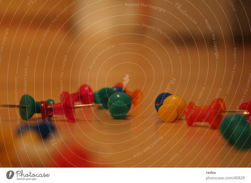 pins Stecknadel mehrfarbig Unschärfe Farbenspiel tiefeneffekt Spitze