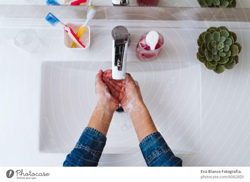 unerkennbare Frau beim Händewaschen an einem Waschbecken mit Seife. Coronavirus covid-19 Konzept Wäsche waschen Corona-Virus zu Hause bleiben Alkohol Hygiene