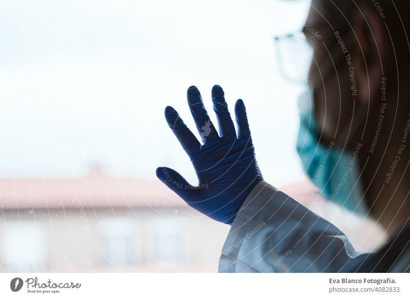 Arzt Mann trägt Schutzmaske, Stethoskop und Handschuhe in Innenräumen. Corona Virus Konzept Porträt professionell Corona-Virus Krankenhaus arbeiten Infektion