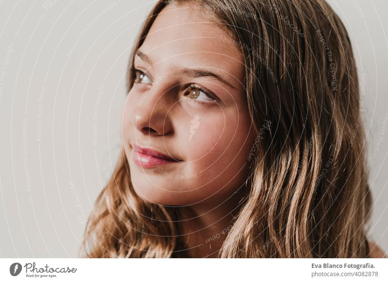 Porträt der schönen Teenager-Mädchen zu Hause. Blick durch das Fenster. weißem Hintergrund. Glück und Lifestyle-Konzept Kind Tourismus Lächeln Menschen Frau