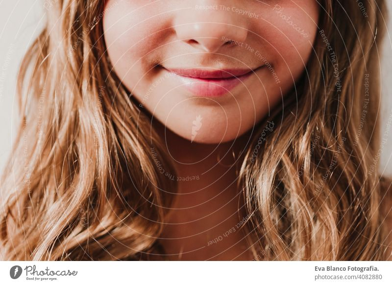 Porträt von unerkennbaren Teenager lächelnde Mädchen zu Hause. weißen Hintergrund, Nahaufnahme. Glück und Lifestyle-Konzept Kind Tourismus Lächeln Menschen Frau