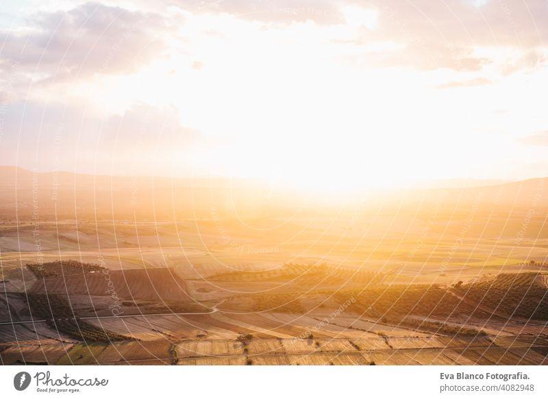 Hoher Blick auf eine Mosaiklandschaft an einem bewölkten Tag. Spanien Felder Landschaft. Schöne Sonnenuntergang mit gelben Farben Umwelt Szene ländlich