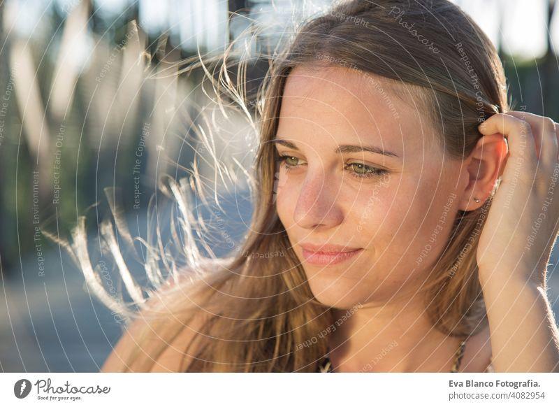 Porträt einer schönen Frau bei Sonnenuntergang jung im Freien Glück blond blaue Augen Brücke Sommer sonnig Behaarung Fröhlichkeit Lifestyle Gesicht Spaß weiß