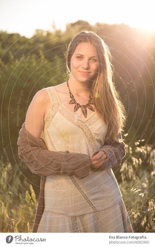 Außenporträt einer schönen jungen Frau bei Sonnenuntergang Porträt im Freien Glück blond blaue Augen Brücke Sommer sonnig Behaarung Fröhlichkeit Lifestyle