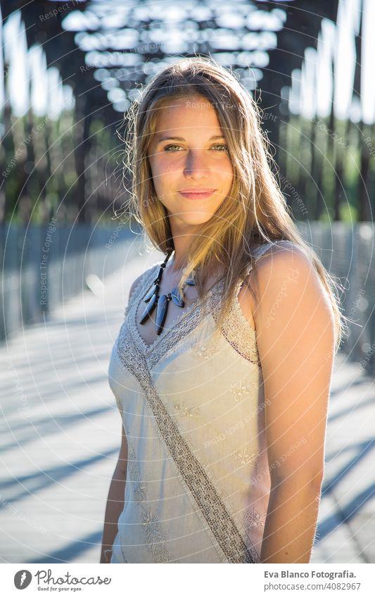 Außenporträt einer schönen jungen Frau Porträt im Freien Glück blond blaue Augen Brücke Sommer sonnig Behaarung Fröhlichkeit Lifestyle Gesicht Sonne Spaß weiß