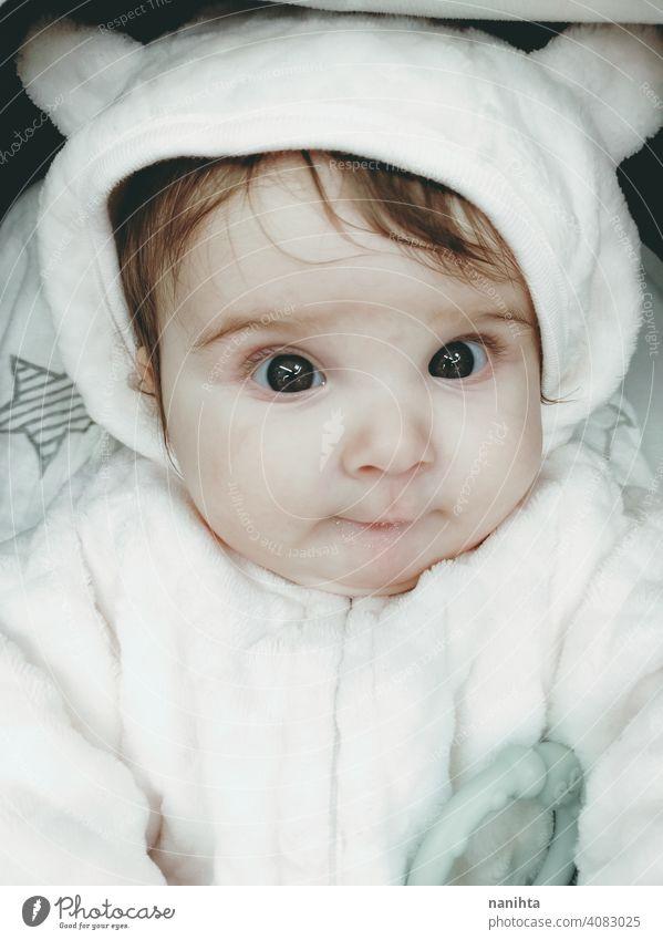 Lovely Porträt eines Baby-Mädchen trägt Winterkleidung kleines Mädchen Kindheit niedlich wenig Gesicht Auge graue Augen neugeboren Elternschaft Süßer lieblich