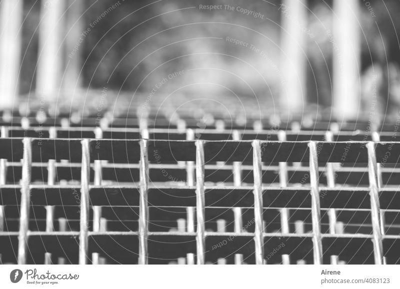 treppab Leiter steil Metallgitter Stufenleiter Treppe Geländer Abtritt Metallleiter Klettersteig Steig Eisenleiter Kletterhilfe schwindelfrei Schwindel