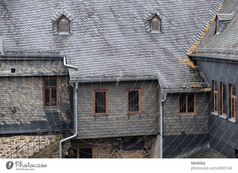 Altes Schieferdach und Fassade mit Schindeln aus grauem Schiefer auf Burg Gleiberg in Wettenberg Krofdorf-Gleiberg bei Gießen in Hessen Ziegel Dachziegel