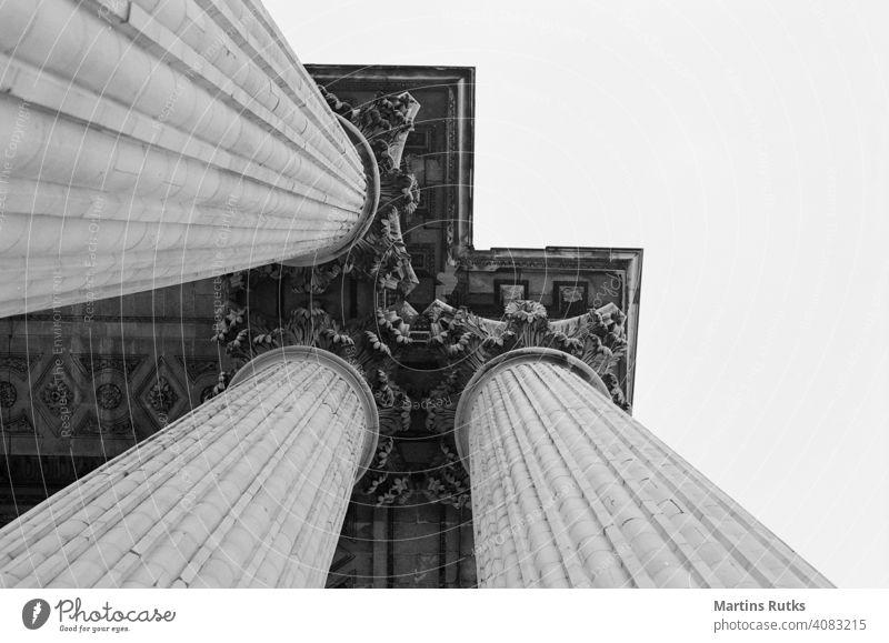 Obere Architekturelemente der Säulenstützen. Justiz u. Gerichte schulisch legal Stärke Universität Recht abstützen Hochschule Gleichgewicht Bildung Klassik