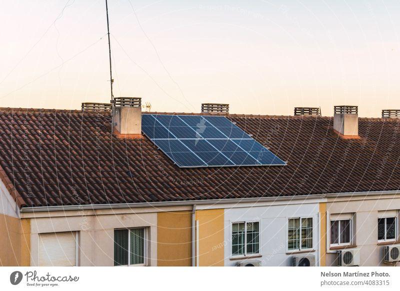 Haus mit Photovoltaik-Modulen auf dem Dach gewinnt Energie aus dem Sonnenlicht Sonnenkollektor Kraft Dachterrasse wohnbedingt Brennstoff Umwelt Wahl Licht