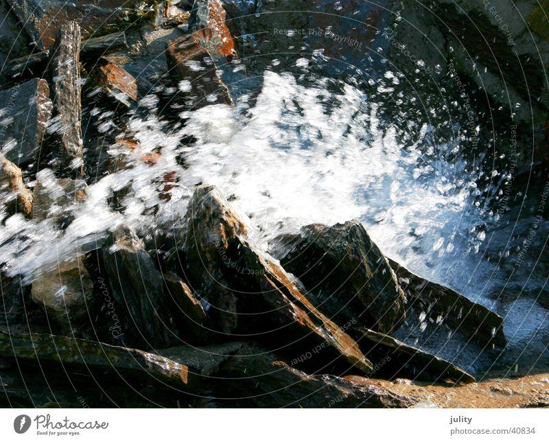 wasser in bewegung blau Wasser kalt Stein Wassertropfen spritzen