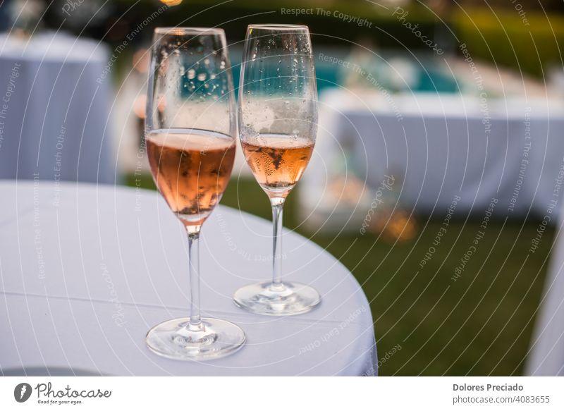Zwei halbe Gläser Rosewein trinken Alkohol Weingut Reichtum Party Schnaps romantisch Getränk Cabernet Weinglas erfrischend Glas feiern eingießen Feier Merlot