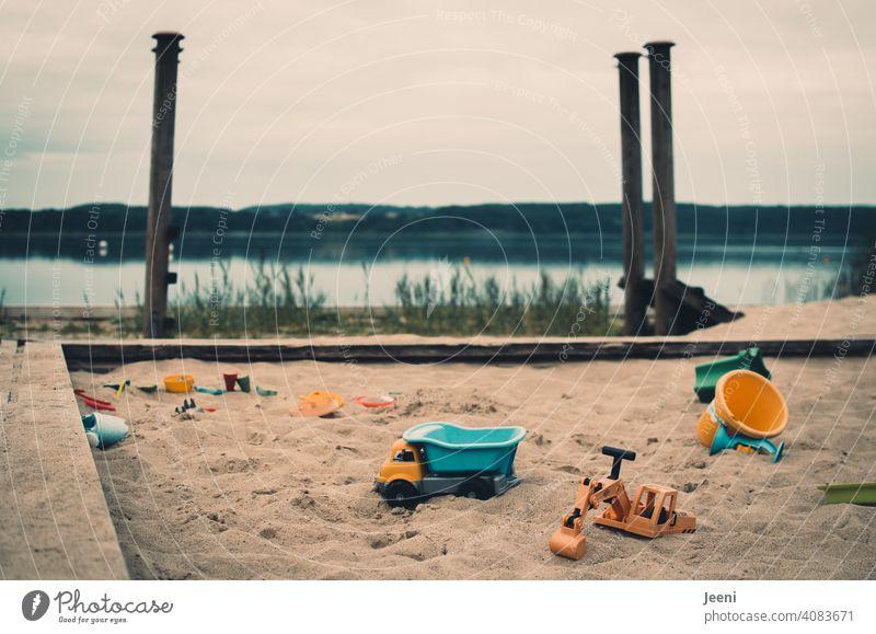 Bald ist wieder Sommer   Sandkasten für Kinder auf einem Spielplatz am See sandkiste Spielen Sandspielzeug Bagger LKW Eimer Schaufel Badestelle Badesee