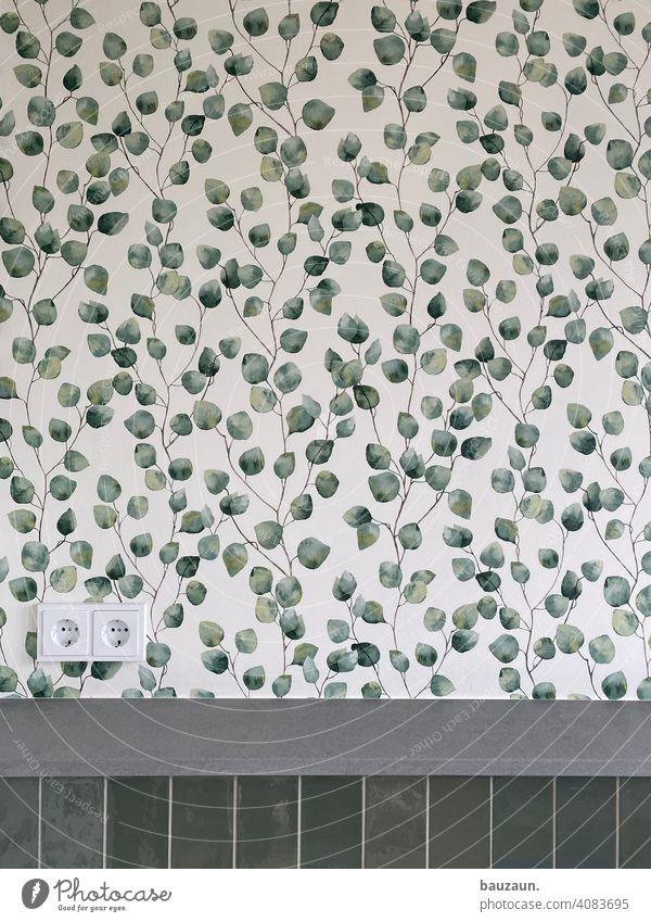 grüne blätter. Blätter Tapete Badezimmer Fliesen u. Kacheln Steckdose ökostrom Naturstein modern Wand Toilette Menschenleer Farbfoto Häusliches Leben