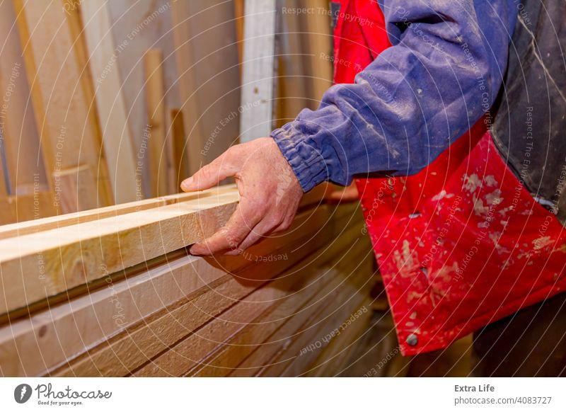 Schreiner richtet die verleimten Holzprofile in der Zimmerei aus und bereitet sie zum Einspannen vor Klebstoff Ausrichten bewerben einrichten Holzplatte
