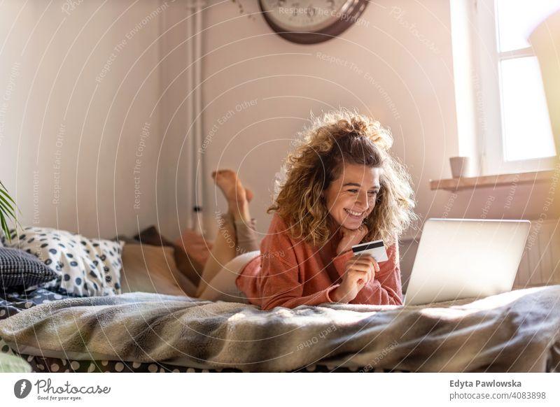 Lächelnde Frau zu Hause Einkaufen online Technik & Technologie Laptop Computer arbeiten Internet Mitteilung Drahtlos Verwendung des Laptops Arbeiten zu Hause