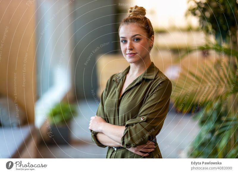 Porträt einer selbstbewussten jungen Geschäftsfrau im Büro stehend Frau Mädchen Menschen Unternehmer Business gelungen Erfolg professionell Erwachsener