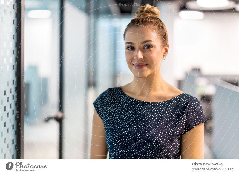 Lächelnde Frau im Büro Mädchen Menschen Unternehmer Business Geschäftsfrau gelungen Erfolg professionell jung Erwachsener Lifestyle im Innenbereich