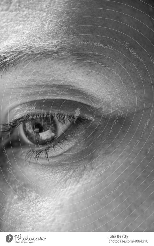 Auge einer Frau; 40 etwas Frau ohne Make-up Gesicht Augenwimpern kein Make-up natürlich frisch 40 Jahre alt müde Falte Bügelfalte Krähenfüße blättern