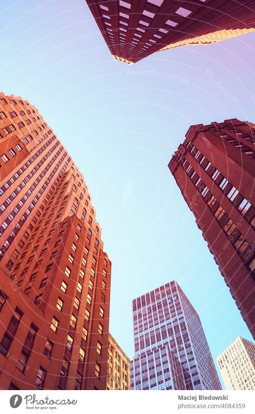 Blick auf New Yorker Wolkenkratzer, farbig getöntes Bild, USA. Großstadt New York State Manhattan Büro Gebäude Erfolg Business rosa purpur blau nachschlagen nyc