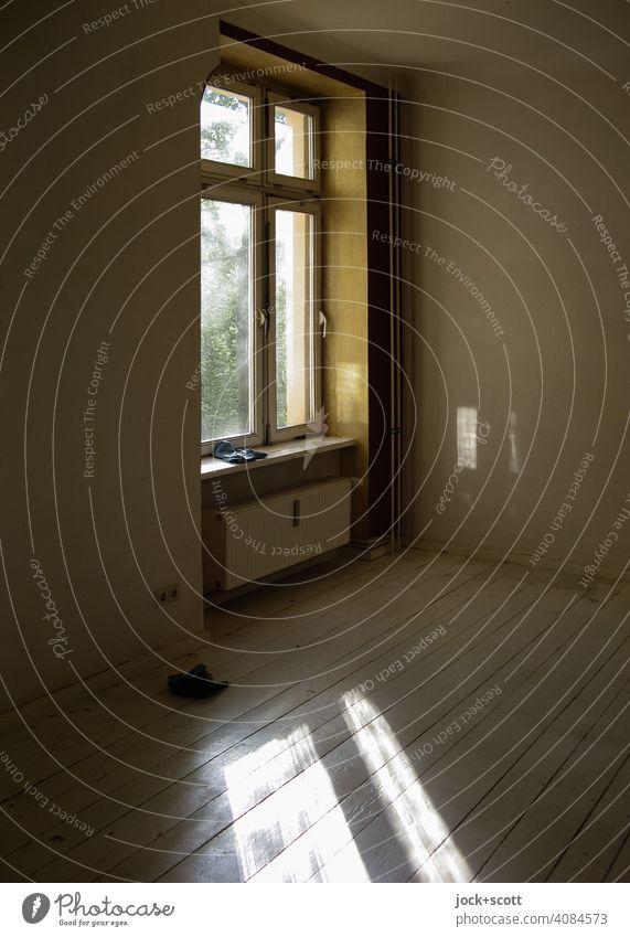 Lichteinfall durch ein Berliner Fenster Leerstand WG-Zimmer Holzdielen Hintergrundbild Lichtspiel Raum weiße Wand Heizkörper Tageslicht Friedrichshain