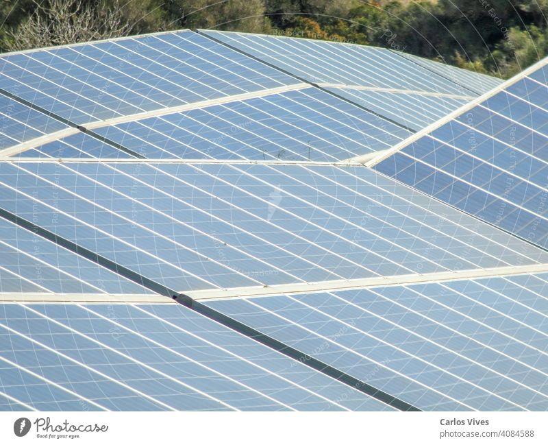 Solarkraftwerk gegen den blauen Himmel. Alternatives Energiekonzept alternativ solar Sonnenkollektor Cloud Umwelt Konzept Öko Ökologie Elektrizität