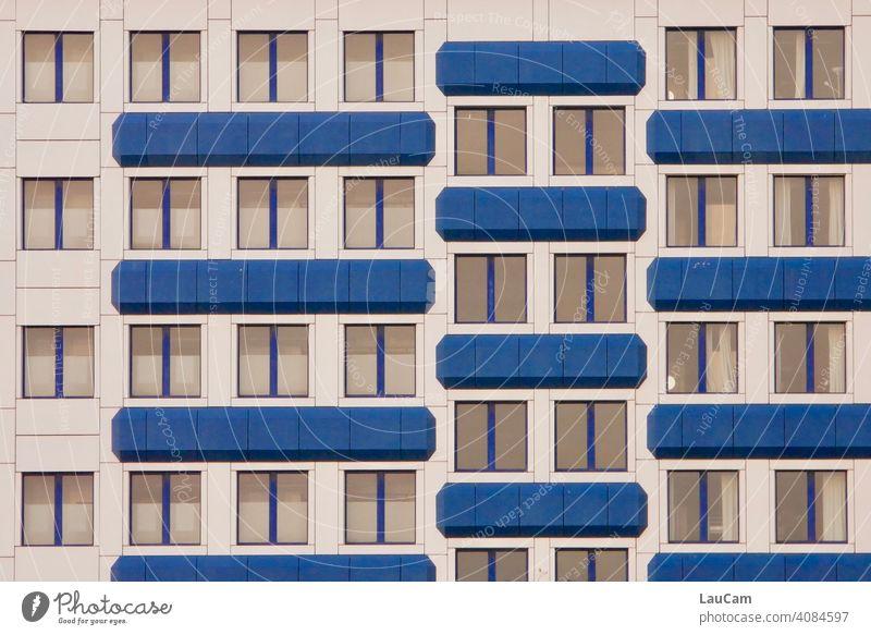 Blau-weiße Fassade eines Hotels mit vielen Fenstern im Prenzlauer Berg Fassadenverkleidung Gebäude Hotelzimmer blau blauweiß Außenaufnahme Architektur Haus
