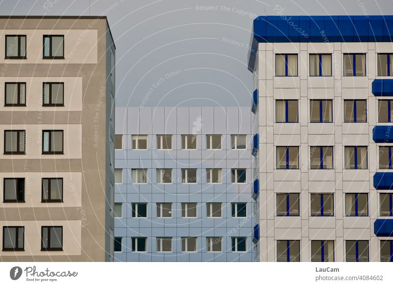 Fensterfront von drei Hochhäusern in den Farben weiß, blau, hellblau, beige und braun Hochhaus Fassade himmelblau hausfassade Stadt Haus Architektur Gebäude