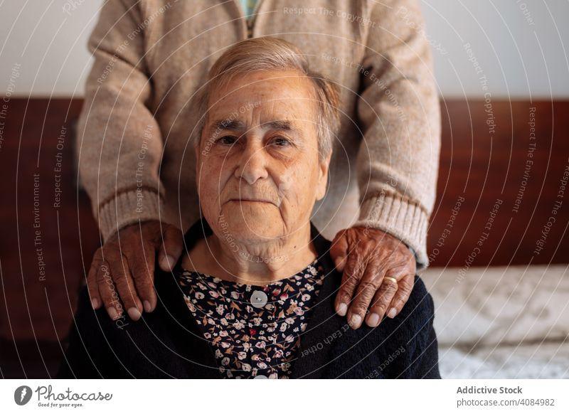 Älteres Ehepaar im Inneren ihres Hauses Paar älter Senior alt Porträt traurig reif Familie Frau Kaukasier männlich gealtert Ruhestand Alzheimer Menschen