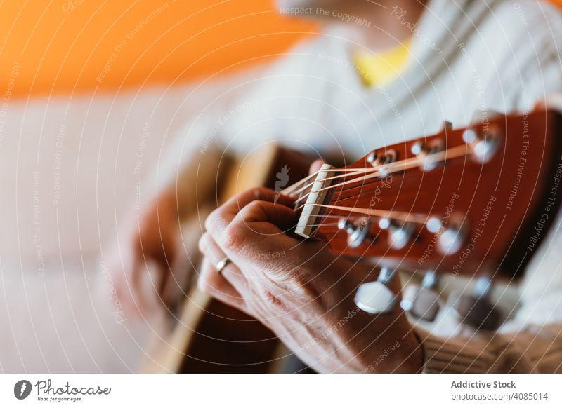 Detail eines gitarrespielenden Mannes Gitarre Spielen Musiker akustisch Nahaufnahme Instrument alt Detailaufnahme Hand Spieler Musical Schnur Konzert Akkord
