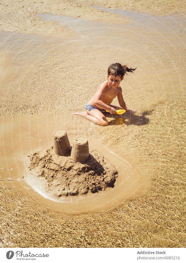 Kleines Mädchen baut eine Sandburg Gebäude Burg oder Schloss Strand Kind wenig Sommer niedlich Kinder Spielzeug tropisch Glück Wasser Urlaub Meer Malediven