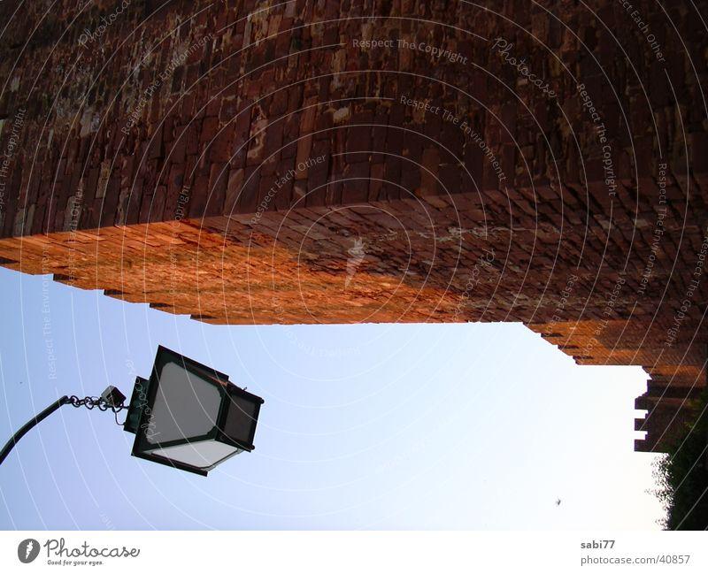 Laterne an der Mauer Abend Algarve Architektur Himmel Abenddämmerung Burg oder Schloss