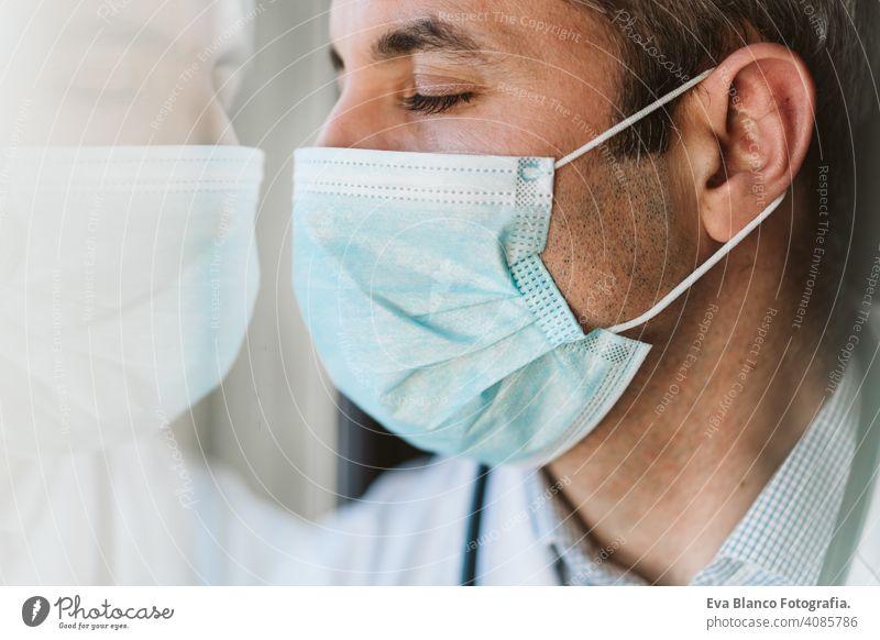 Arzt Mann trägt Schutzmaske und Handschuhe in Innenräumen. Corona-Virus-Konzept Porträt professionell Krankenhaus arbeiten Infektion tragend Sicherheit Seuche
