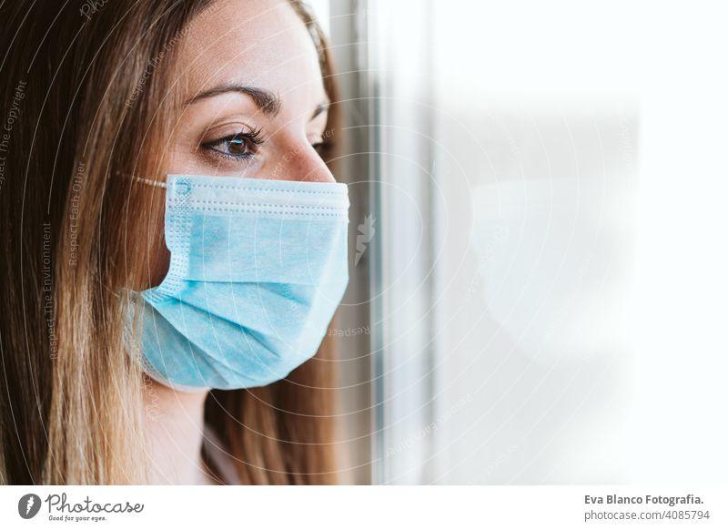 Porträt durch das Fenster des Arztes Frau trägt Schutzmaske und Handschuhe im Innenbereich. Corona Virus Konzept stoppen professionell Corona-Virus Krankenhaus