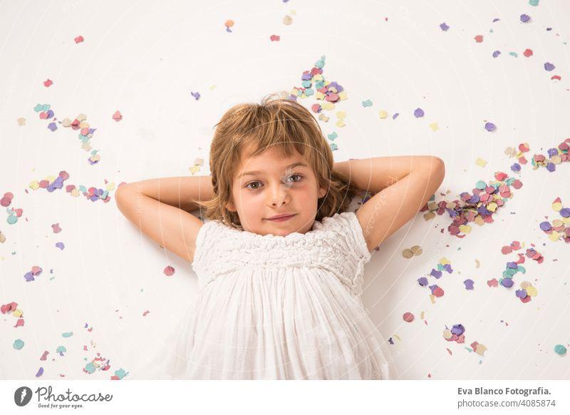 Close up drinnen Porträt. Schönes Kind lächelnd, Spaß und lifestyle.white Hintergrund niedlich Lifestyle-Glück heiter schön wenig Behaarung im Innenbereich