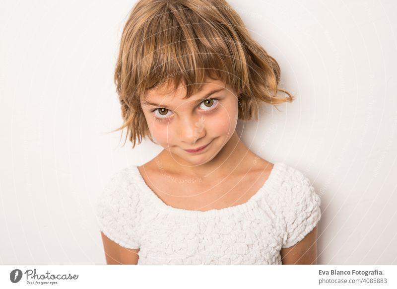 Close up drinnen Porträt. Schönes Kind lächelnd, kleines Mädchen Porträt. drinnen, Konfetti auf dem Boden. weißer Hintergrund Spaß niedlich Lifestyle-Glück