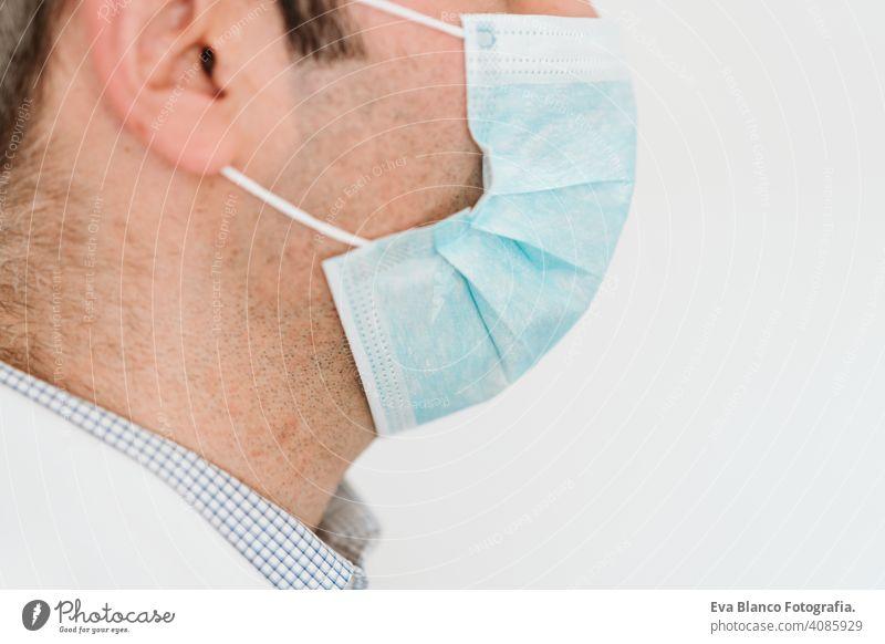 Porträt von kaukasischen Arzt mit Schutzhandschuhen und Maske. Chinesisches Corona-Virus-Konzept. 2019-nCoV stoppen Hand Mann professionell Krankenhaus arbeiten