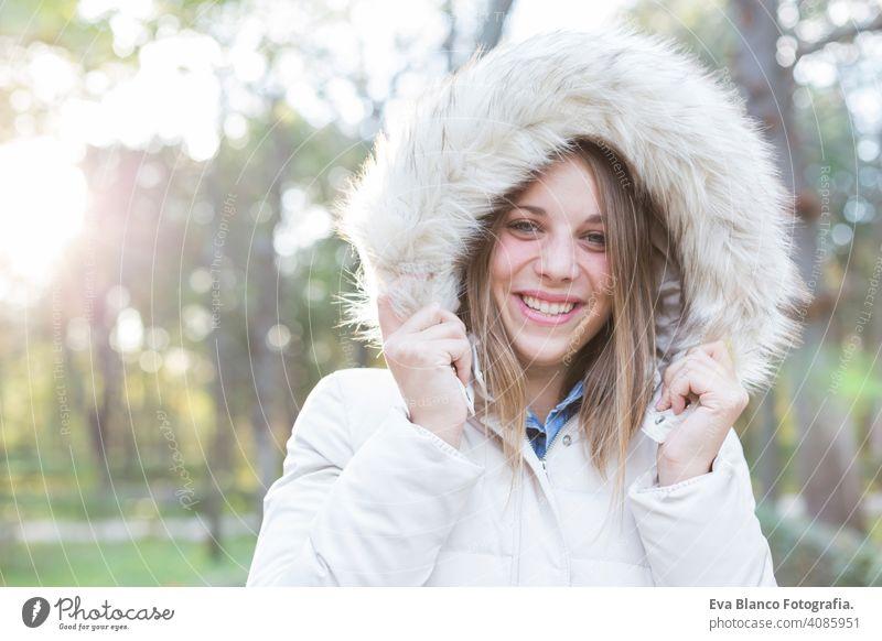 im Freien Porträt einer schönen jungen Frau Blick auf die Kamera und lächelnd. Frau posiert im Herbst. Sonnenuntergang Glück Mädchen Lifestyle Schönheit Mode