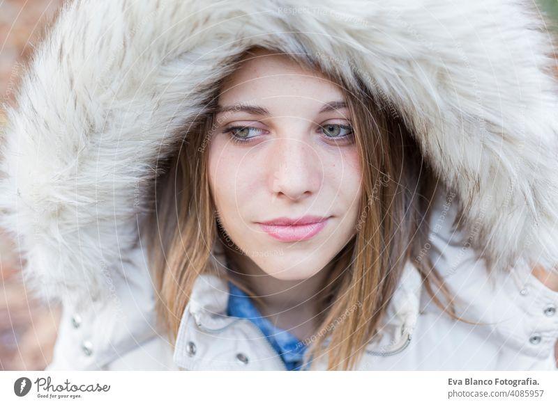 im Freien Porträt einer schönen jungen Frau, die in die Kamera schaut. Frau posiert im Herbst. Sonnenuntergang Glück Mädchen Lifestyle Schönheit Mode Mantel