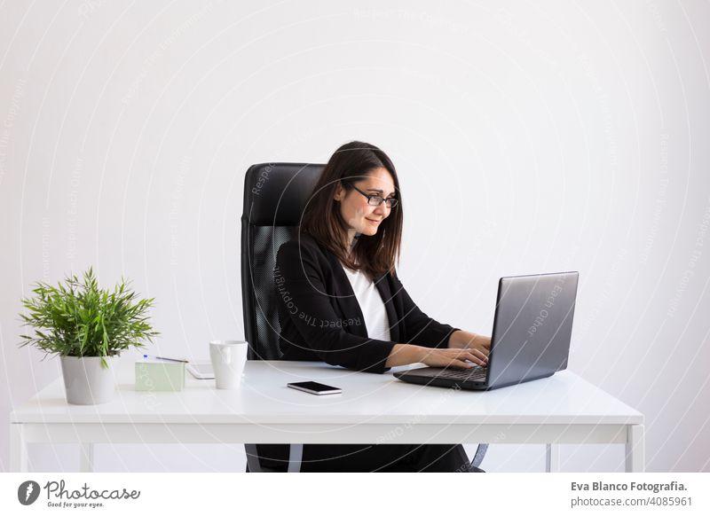 schöne junge Business-Frau mit seinem Laptop im Büro. Business Concept.white Hintergründe Computer Arbeiter Geschäftsfrau Mobile Smartphone Tablette Pflanze