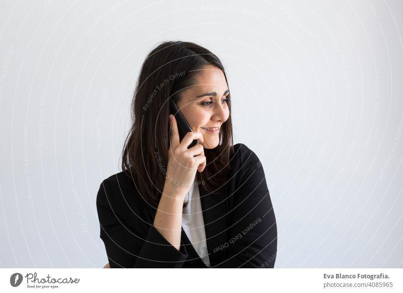 schöne junge Geschäftsfrau spricht auf ihrem Handy und lächelnd. weißen Hintergrund. Business-Konzept. Lebensstile Frau Computer Büro Laptop Arbeiter