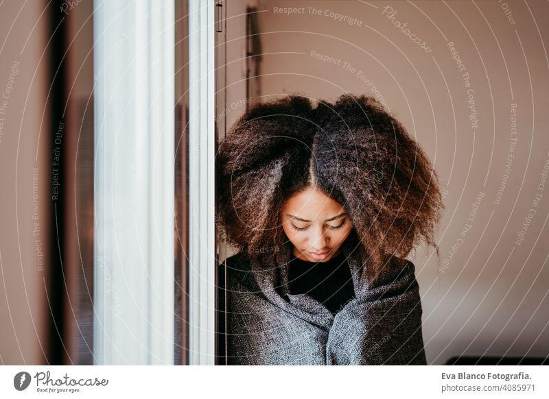 Porträt der schönen afroamerikanischen jungen Frau am Fenster. Lebensstil im Innenbereich Afroamerikaner Kaffee heimwärts ethnisch gemischte Rasse Tee Herbst