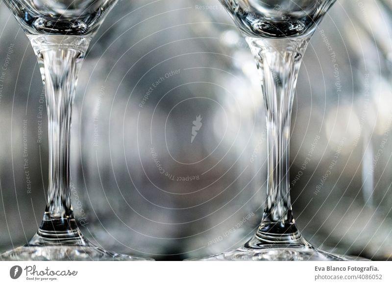 Weinglas bei der Ausstellung auf dem Tisch. Hochzeitsdekoration Wiederholung Restaurant Glas Zuprosten Feier Alkohol leer trinken Reihe Muster Menschen niemand