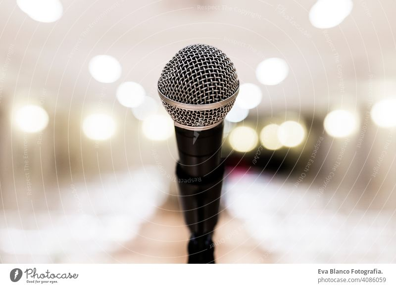 Close up alten Mikrofon im Konferenzraum. Business und Unternehmen Konzept dreckig Audio Unschärfe rostig Presse Präsentation ineinander greifen dozieren