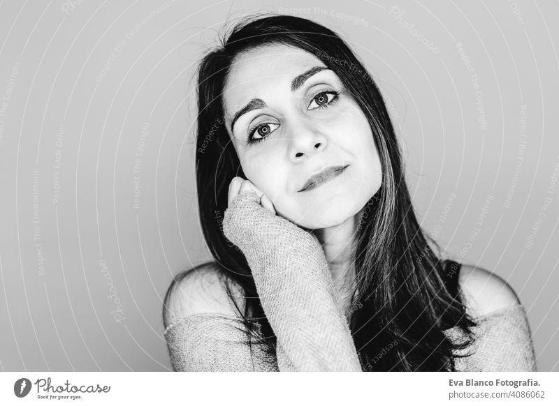 Porträt drinnen von einer jungen schönen Frau mit led Ring Reflexion in ihren Augen. Schwarz-Weiß-Fotografie stylisch Stil Make-up Atelier blitzen Hintergrund